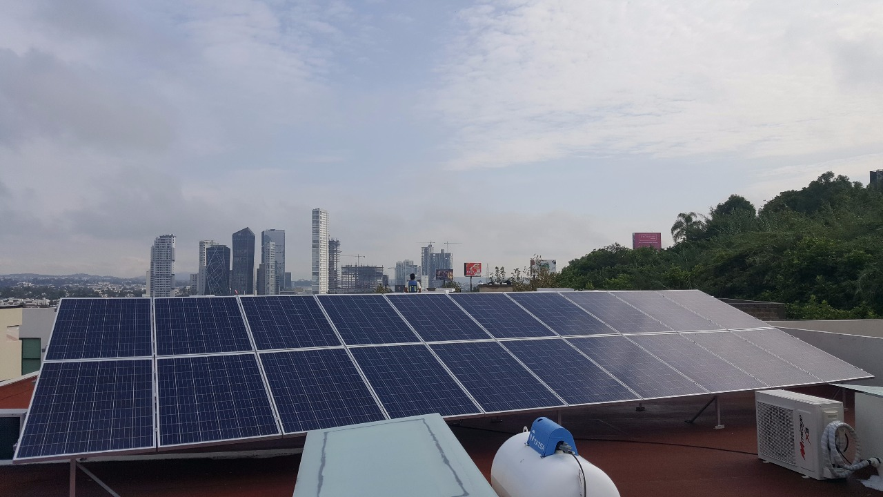 foto de azotea con paneles solares