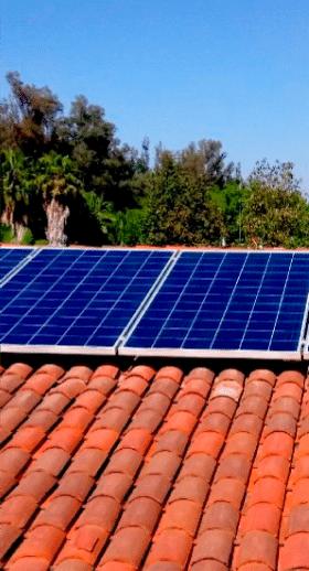 foto recortada de un tres paneles solares