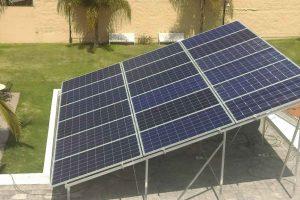 foto aérea de 18 paneles solares
