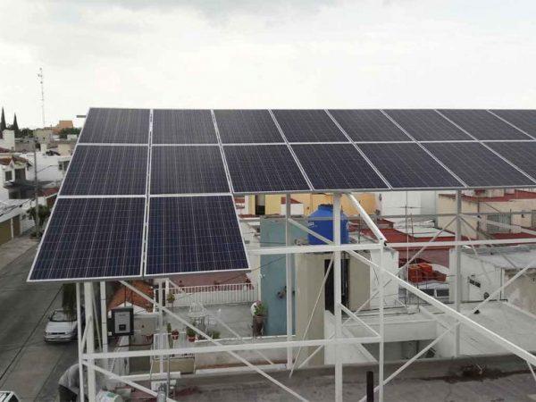 foto de instalación de metal con paneles solares