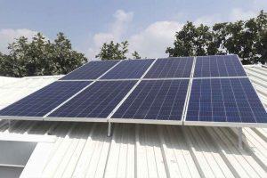 foto en techo de ocho paneles solares