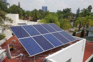 foto aérea en azotea con 16 paneles solares