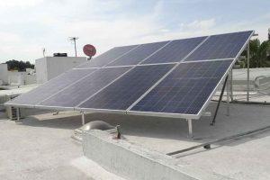 foto lateral de 8 paneles solares