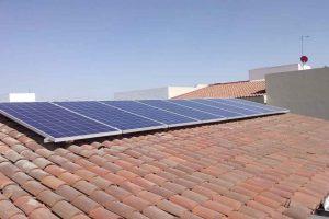foto de 6 paneles solares en azotea de tejas