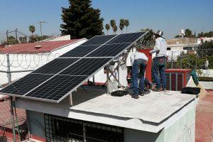Instalando paneles solares en casa